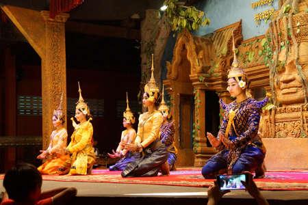SIEM REAP, CAMBODIA - FEB 14, 2015 - Apsara dancers kneel at the end of a performance, Siem Reap,  Cambodia Редакционное
