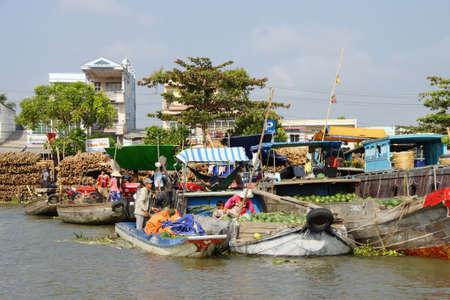 cai rang: CAI RANG, VIETNAM - FEB 7, 2015 - Fresh produce vendors sell from boat to boat  at the Cai Rang floating market,  Vietnam