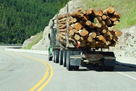 Inloggen vrachtwagen op de berg snelweg, British Columbia, Canada Stockfoto