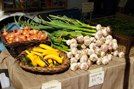 Spring garlic, onions and yellow squash at the  Saturday Market,  Penticton, British Columbia, Canada Stock fotó - 41683746