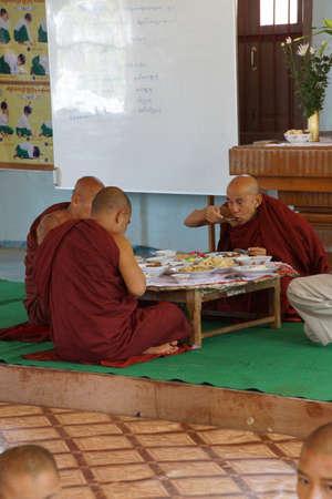 KYAUKME、ミャンマー - 2015 年 2 月 21 日 - 仏教の僧侶 Kyaukme ミャンマー (ビルマ)、正午の日の主要な食事
