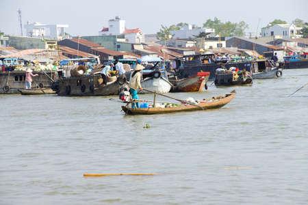 cai rang: CAI RANG, VIETNAM - FEB 7, 2015 - Woman standing and rowing her small boat in the floating market of  Cai Rang,  Vietnam