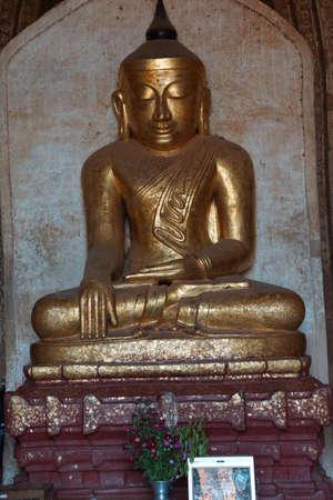 황금 불상 동상 Dhammayangyi 사원, Bagan 미얀마 (버마) 스톡 콘텐츠