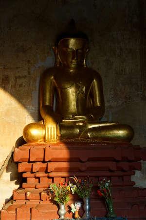zeugnis: Golden Buddha in Bhumiparsa Mudra Position Aufruf der Erde, um die Wahrheit, Htilominlo Tempel, Bagan, Myanmar Zeuge (Burma) Editorial