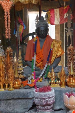 dhyana: Statua di Buddha in Dhyana mudra mediazione posa, con le offerte, Banteay Kdei, Cambogia
