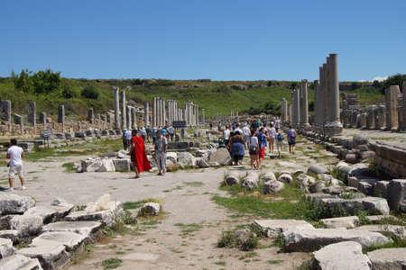 soldati romani: Perge, Turchia - 2 giugno 2014 - Guide vestiti da soldati romani mostrano turisti le rovine della citt� antica di Perge, Turchia