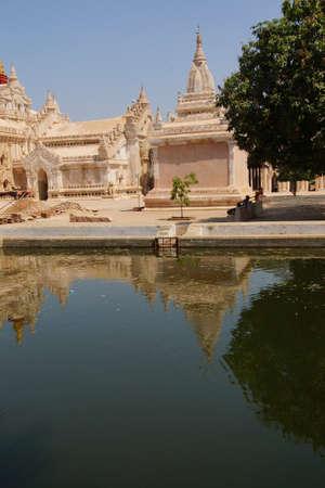 아난다 Phaya 사원, Bagan, 미얀마 (버마)의 반영 수영장