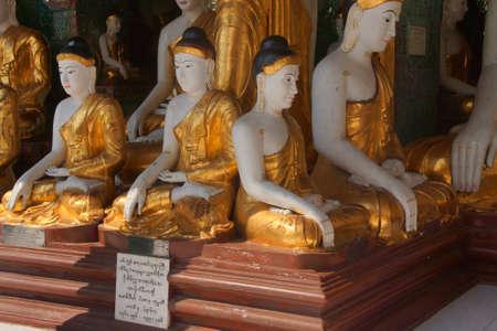 zeugnis: Buddha-Statuen in Bhumiparsa Mudra Position Aufruf der Erde, um die Wahrheit, Shwedagon-Pagode Yangon (Rangoon), Myanmar Zeuge (Burma)
