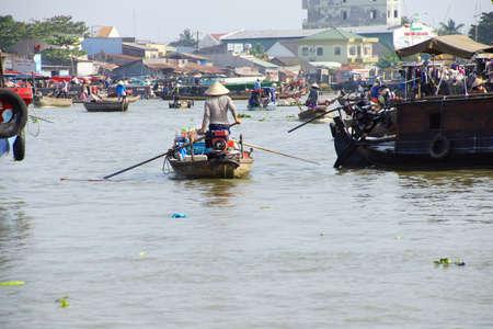 CAI ラング、ベトナム - 2015 年 2 月 7 日 - 女性は立っていると Cai ラング、ベトナムの水上マーケットで彼女の小さなボートを漕いで 報道画像