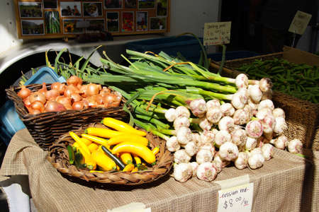 Spring garlic, onions and yellow squash at the  Saturday Market,  Penticton, British Columbia, Canada Stock fotó - 43221465