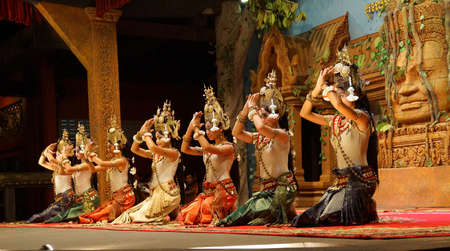 SIEM REAP, CAMBODIA - FEB 14, 2015 - Apsara dancers kneel at the end of a performance, Siem Reap,  Cambodia Éditoriale