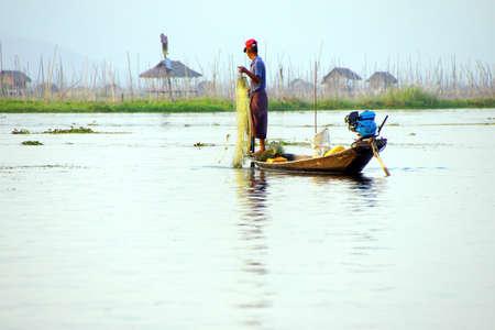 脚ローイング漁師は、インレー湖で, ミャンマー (ビルマ) の彼の網 写真素材 - 47133242