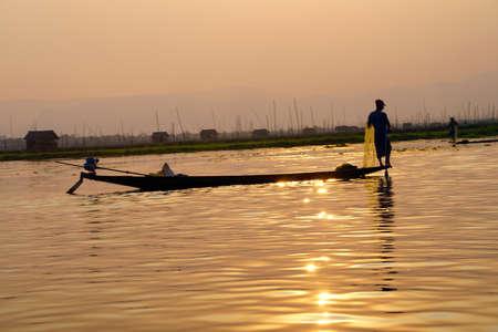 脚ローイング漁師は、インレー湖で, ミャンマー (ビルマ) の彼の網 写真素材 - 47234393