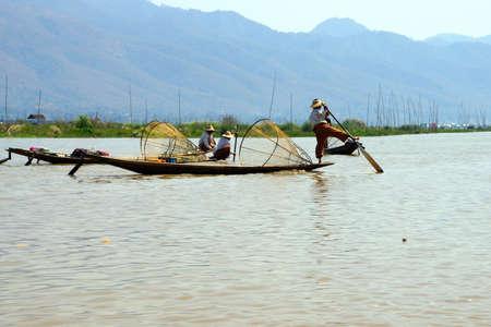 脚ローイング漁師は、インレー湖で, ミャンマー (ビルマ) の彼の小さいボートを推進します。 写真素材 - 47234419