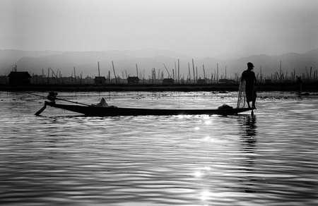 脚ローイング漁師は、インレー湖で, ミャンマー (ビルマ) の彼の網 写真素材 - 47743054