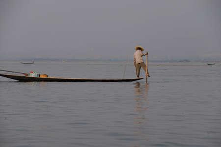 インレー湖で, ミャンマー - 2015 年 2 月 28 日 - 脚ローイング漁師は、インレー湖で, ミャンマー (ビルマ) の彼の網を設定します 写真素材 - 47761583