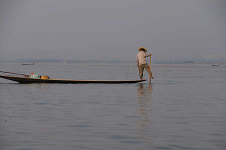 Inle Lake, MYANMAR - 28 februari 2015 - Leg roeien visser zet zijn netten op Inle Lake, Myanmar (Birma) Stockfoto - 47761583