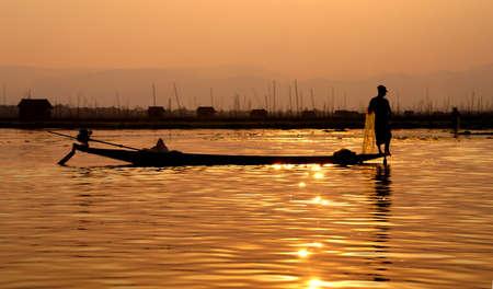 脚ローイング漁師は、インレー湖で, ミャンマー (ビルマ) の彼の網 写真素材 - 47587224