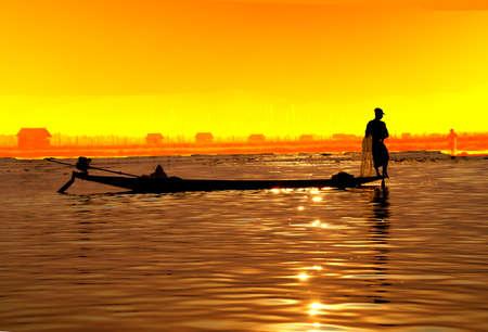 脚ローイング漁師は、インレー湖で, ミャンマー (ビルマ) の彼の網 写真素材