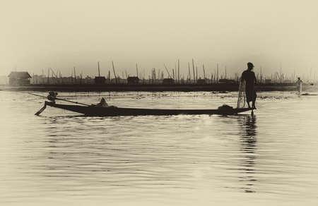 脚ローイング漁師は、インレー湖で, ミャンマー (ビルマ) の彼の網 写真素材 - 47745771