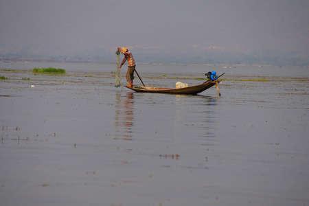インレー湖で, ミャンマー - 2015 年 2 月 28 日 - 脚ローイング漁師は、インレー湖で, ミャンマー (ビルマ) の彼の網を設定します 写真素材 - 47762041