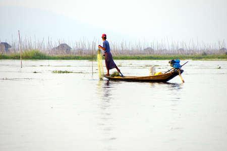 脚ローイング漁師は、インレー湖で, ミャンマー (ビルマ) の彼の網 写真素材 - 47744245