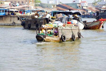 cai rang: CAI RANG, VIETNAM - FEB 7, 2015 - Small boat supplies drinks and snacks to vendors  at the Cai Rang floating market,  Vietnam