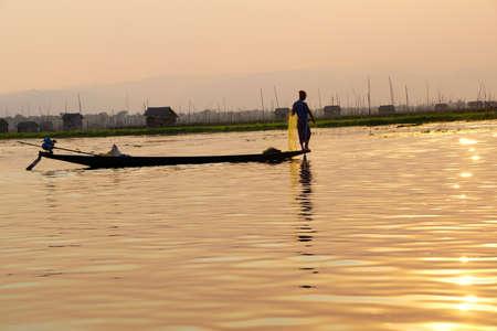 脚ローイング漁師は、インレー湖で, ミャンマー (ビルマ) の彼の網 写真素材 - 47755721