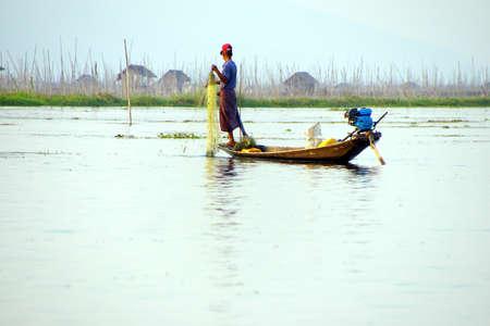 脚ローイング漁師は、インレー湖で, ミャンマー (ビルマ) の彼の網 写真素材 - 47823130