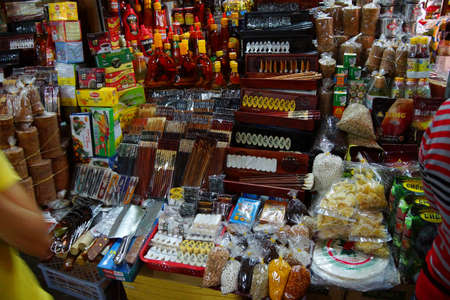 HOI AN, VIETNAM - 3 februari 2015 - Stall verkopen van wierook, kalligrafie benodigdheden en andere items in de centrale markt van Hoi An, Vietnam Stockfoto - 47763747