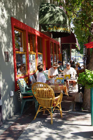 persone relax: PENTICTON, BRITISH COLUMBIA - JUN 20, 2015 - People relax outdoors at a coffee shop in  Saturday Market,  Penticton, British Columbia, Canada