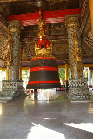 Huge Bell of King Tharrawaddy Shwedagon Pagoda in Yangon (Rangoon),  Myanmar (Burma) Reklamní fotografie - 49300378