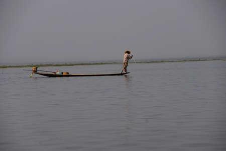 インレー湖で, ミャンマー - 2015 年 2 月 28 日 - 脚ローイング漁師は、インレー湖で, ミャンマー (ビルマ) の彼の網を設定します 写真素材 - 49300445