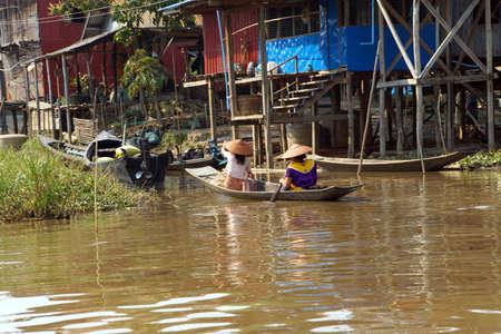Leg roeien visser en zijn netten in een kleine boot op Inle Lake, Myanmar (Birma) Stockfoto
