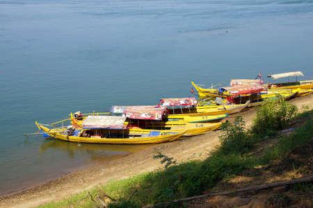 Leg roeien visser en zijn netten in een kleine boot op Inle Lake, Myanmar (Birma)
