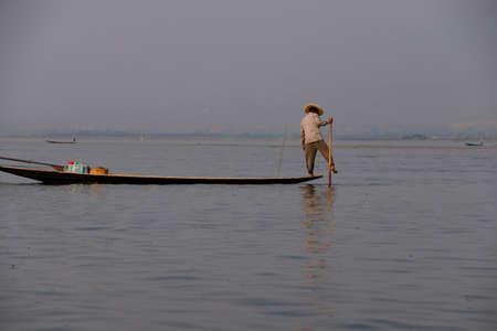 Inle Lake, MYANMAR - 28 februari 2015 - Leg roeien visser zet zijn netten op Inle Lake, Myanmar (Birma) Stockfoto - 49300313