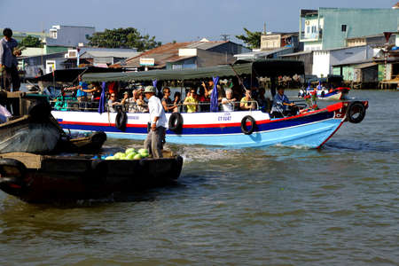 cai rang: CAI RANG, VIETNAM - FEB 7, 2015 - Tourist tender boat visits the floating market on the Mekong River,  Vietnam Editorial
