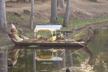 Versierd draak hoofd boot in de gracht van Angkor Wat, Cambodja