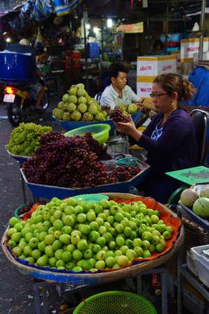 CHAU DOC, VIETNAM - 7 FEB, 2015 - Verkopend fruit bij de open markt, in Chau Doc, Vietnam