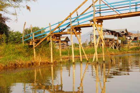 Inle 호수, 미얀마 (버마)에 운하를 통해 다리, 스톡 콘텐츠