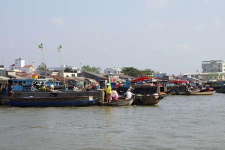 cai rang: CAI RANG, VIETNAM - FEB 7, 2015 - Morning activity in the floating market on the Mekong River at  Cai Rang,  Vietnam