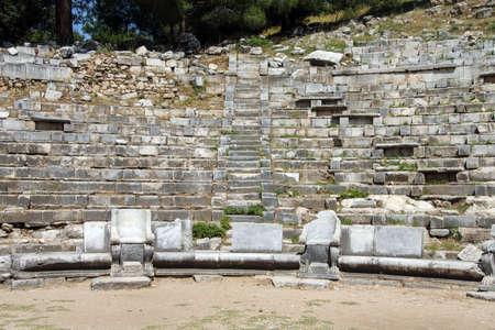 teatro antiguo: Antiguo teatro con filas de asientos de piedra, Priene, Turqu�a