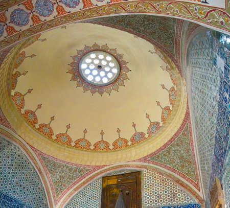 divan: ESTAMBUL, Turquía - 18 de mayo, 2014 - Cúpula de la sala de recepción Divan en el harén en el palacio de Topkapi, en Estambul, Turquía