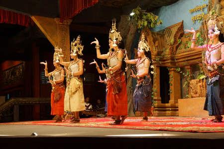 Siem Reap, Cambodge - 14 février 2015 - Ligne de danseurs apsaras effectuer lors d'un récital, Siem Reap, Cambodge Banque d'images - 53735878