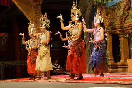 Siem Reap, Cambodge - 14 février 2015 - Ligne de danseurs apsaras effectuer lors d'un récital, Siem Reap, Cambodge Banque d'images - 53735892