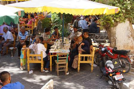 URFA, TURQUIE - 8 juin 2014 - La famille élargie se détend dans une maison de thé à Urfa bazar, Turquie Éditoriale