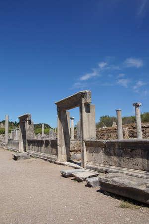 Colonne doriche sulla strada collonaded di antica Perge, Turchia Archivio Fotografico - 53741790