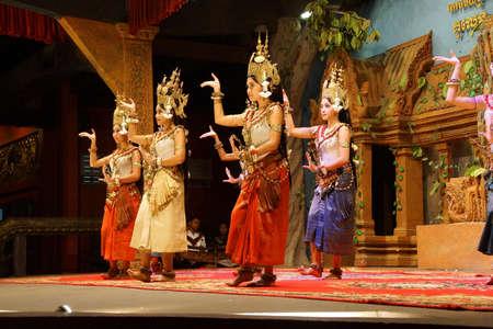 Siem Reap, Cambodge - 14 février 2015 - Ligne de danseurs apsaras effectuer lors d'un récital, Siem Reap, Cambodge Banque d'images - 53736878