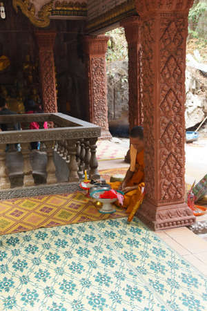 PHNOM Kulen, Cambodja - 15 februari 2015 - Boeddhistische monnik in een heiligdom in Phnom Kulen, Cambodja Redactioneel