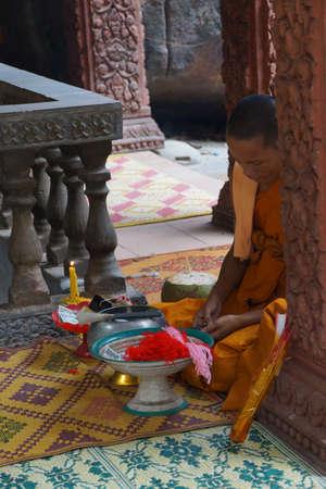 PHNOM KULEN, CAMBODJA - FEB 15, 2015 - Boeddhistische monnik in een heiligdom in Phnom Kulen, Cambodja Redactioneel